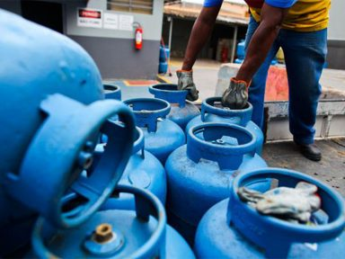 Custo do gás de cozinha supera 50% da renda dos mais pobres