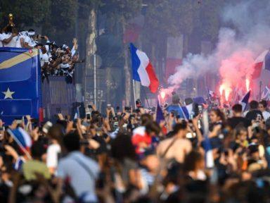 Campeões, franceses desfilam com Taça em Paris