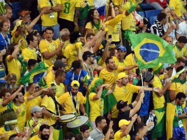 Seleção chega ao Brasil com aplausos da torcida