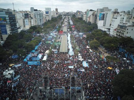 """Marcha """"A Pátria não se rende"""" reúne multidão em repúdio à submissão de Macri ao FMI"""