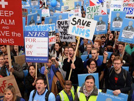 Ingleses ocupam Londres contra cortes no sistema público de saúde NHS