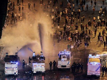 Festa pela conquista da Copa termina em tumulto em Paris e Lion