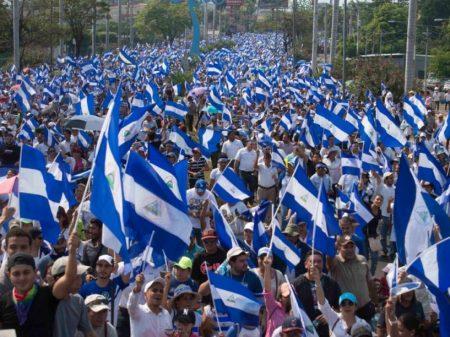 Nicaraguenses param e exigem a renúncia de Ortega