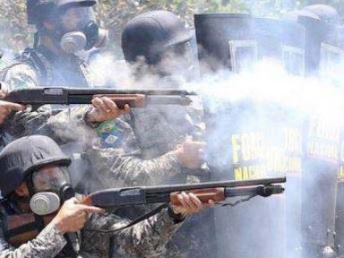 Manifestantes enfrentam por cinco horas os cães de guerra de Dilma