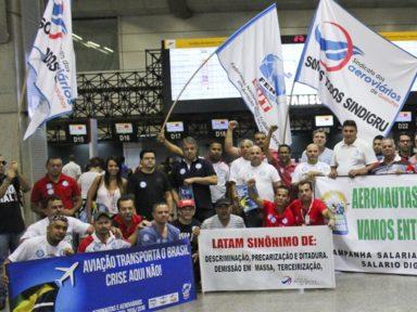 Latam anuncia dispensa de 1.300 funcionários para terceirizar