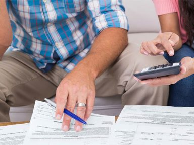Famílias usam cartão de crédito e cheque especial para itens de sobrevivência
