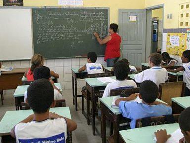"""Professores fazem """"bicos"""" para complementar salários"""