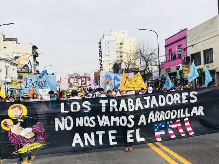 """Argentinos marcham por """"Pão, Teto e Trabalho"""" e repudiam submissão a FMI"""