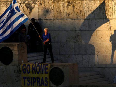 Submissão à Troika faz economia grega desabar 26% em oito anos