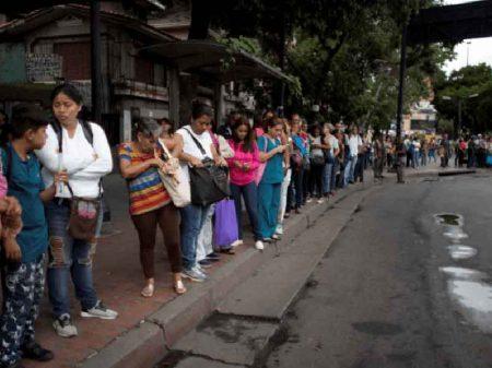 Com Venezuela afundada no caos, Maduro corta 5 zeros da moeda
