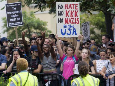 'Marcha' de racistas junta 20 gatos pingados e antifascistas reúnem milhares em Washington