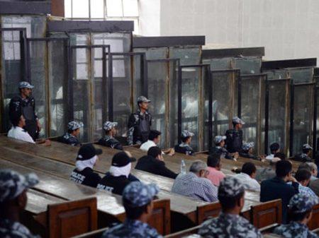 Egito: juiz condena à morte 75 sobreviventes do massacre em ato contra o governo