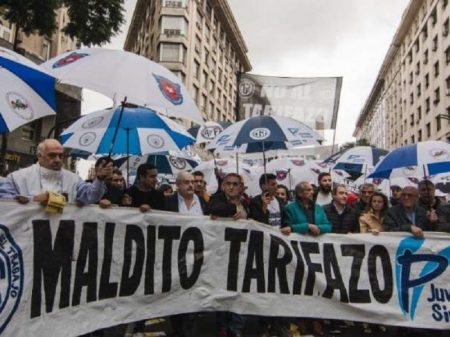 Com economia no despenhadeiro, Macri impõe tarifaço na semana do Natal