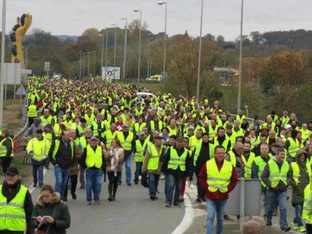 Coletes Amarelos prometem abrilhantar festejos do Ano Novo na França