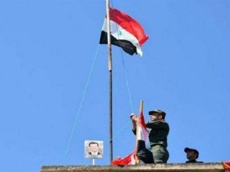 Forças sírias entram em Manbij, a oeste do rio Eufrates, e hasteiam a bandeira do país
