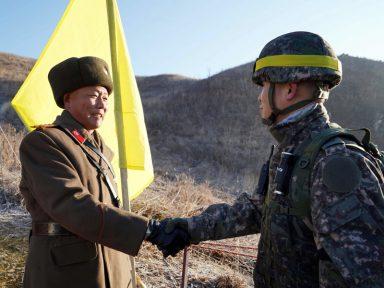 Soldados trocam aperto de mão histórico na fronteira coreana