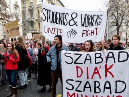 Húngaros rejeitam medida que permite exacerbar número de horas extras