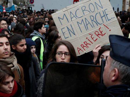Estudantes franceses se rebelam contra 'reforma' pró-ricos na educação