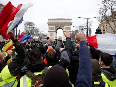 Insatisfação dos franceses com arrocho de Macron explode nas ruas