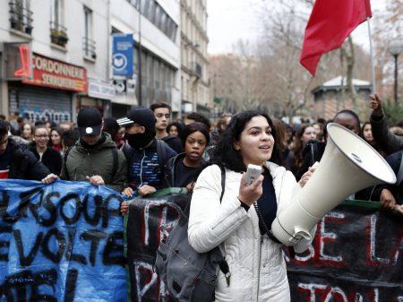 Estudantes franceses repudiam reforma elitista e polícia prende mais de 700