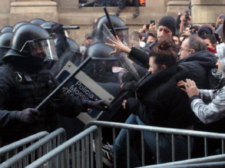 Barcelona vive confronto com polícia durante visita do premiê espanhol