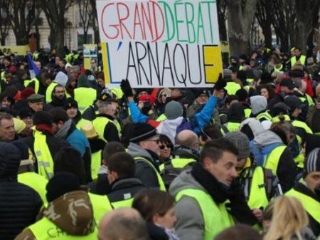 França tem 10ª onda de protestos contra o arrocho de Macron