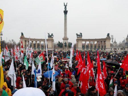 """Húngaros repudiam """"reforma"""" que dá a patrões 3 anos para pagar horas extras"""