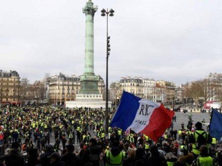 "Coletes Amarelos na Praça da Bastilha: ""Fora Macron!"""