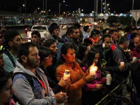 Colombianos fazem vigília solidária pelas vítimas de atentado