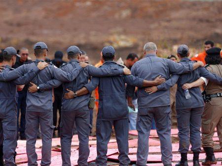Bombeiros homenageiam vítimas em Brumadinho; 115 mortes confirmadas