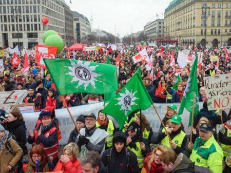 Servidores públicos fazem greve em Berlim por reajuste dos salários