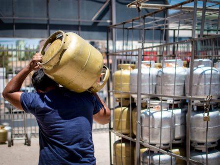 Bolsonaro autoriza mais uma alta no gás de cozinha
