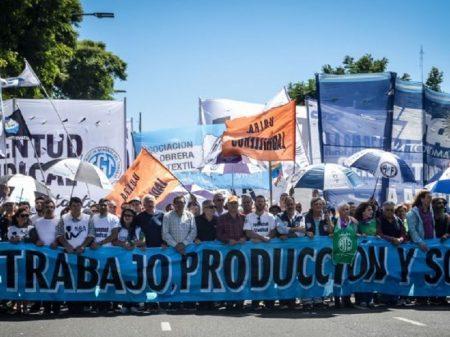 Argentinos saem às ruas contra tarifaço e desemprego