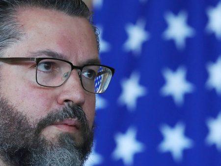300 diplomatas se rebelam contra 'terraplanismo' de Araújo e pedem sua saída