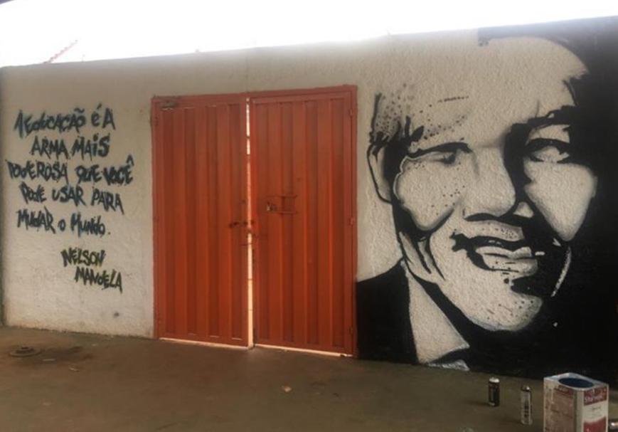 Ninguem Assume Retirada De Painel Com Nelson Mandela Em Escola De