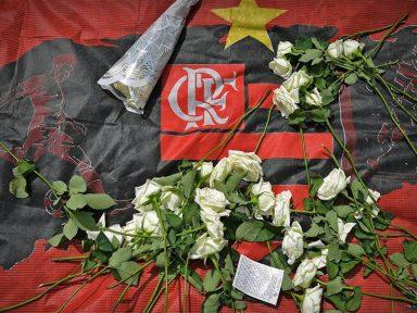 Dor e sofrimento marcam enterro dos jovens da base do Flamengo