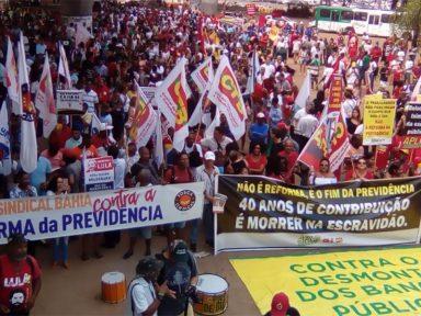 Trabalhadores protestam em Salvador contra reforma da Previdência