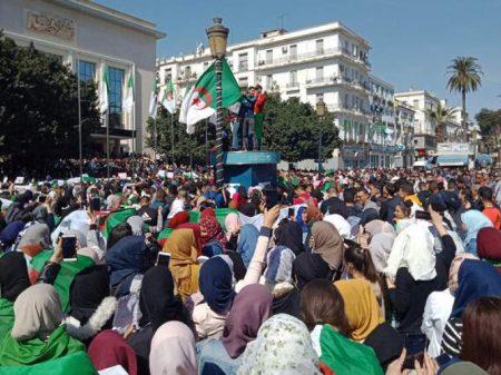 Maiores manifestações em 20 anos barram 5º mandato de Bouteflika na Argélia