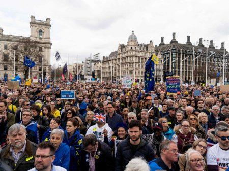 Impasse no Brexit leva centenas de milhares às ruas de Londres