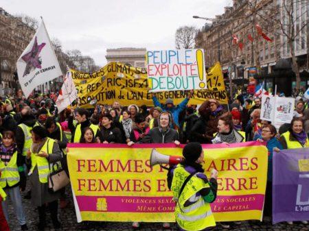 """Mulheres lideram marcha dos """"coletes amarelos"""" contra Macron"""
