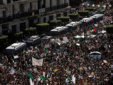 """Multidões voltam às ruas na Argélia: """"Bouteflika, nem um minuto a mais"""""""