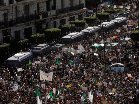 Argelinos voltam às ruas pela saída do presidente Bouteflika