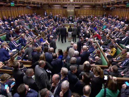 Parlamento britânico aprova adiamento do Brexit por três meses