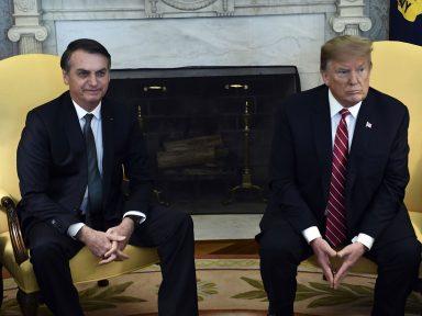 Bolsonaro ataca imigrantes e defende muro para bajular Trump