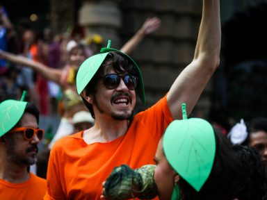 Críticas ao governo marcam blocos de carnaval