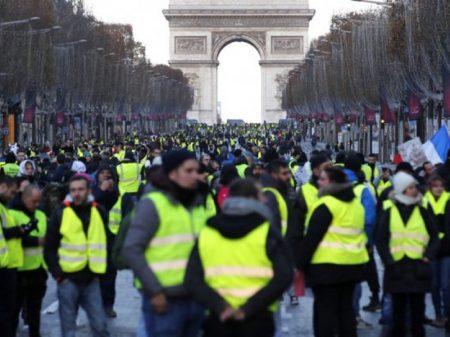 """""""Coletes amarelos"""" fazem   protesto contra arrocho de Macron"""