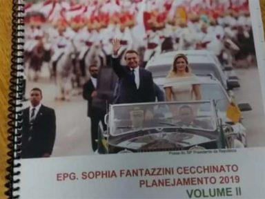 Professores de escola em Guarulhos denunciam apostila com foto de Bolsonaro e Michelle na capa