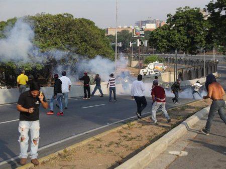 Guaidó não obtém apoio militar em La Carlota e mascarados apedrejam a base
