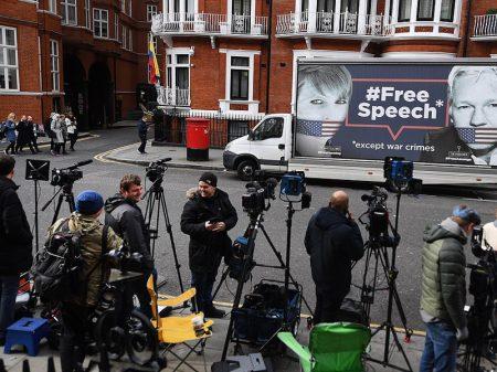 """Cineasta John Pilger: """"defendam Assange, homem corajoso cuja luta toca a todos nós"""""""