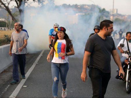 """Golpista Guaidó diz ter apoio militar e governo afirma que """"golpe é debelado"""""""